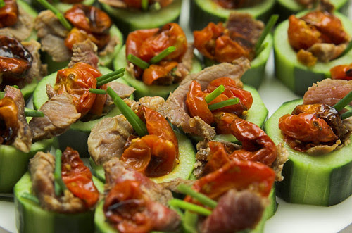 Beef and roasted tomatoes in cucumber cups