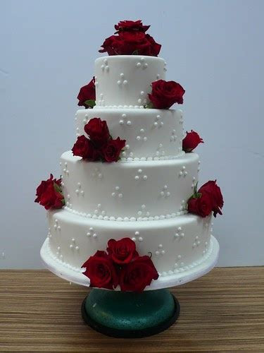 priseaden white wedding cakes  red roses