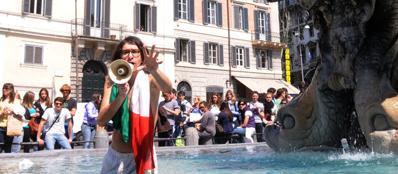 Gabriele Paolini nella fontana di piazza barberini a Roma (Omniroma)