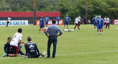 Flamengo treino sob os olhares de Rodrigo Caetano, Wallace e Paulo Victor (Foto: Fred Gomes/GloboEsporte.com)
