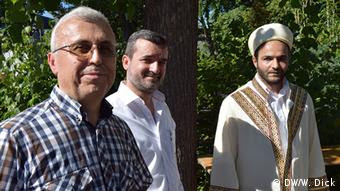 Ramazan Agcora (i), su segundo, Atabay Baran y el imán Selcuk Kurt ven el futuro con optimismo.