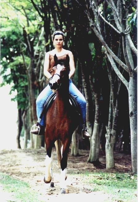 A atriz com uma de suas maiores paixões, os cavalos.