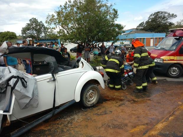 Homem ficou preso nas ferragens (Foto: Divulgação/Corpo de Bombeiros)