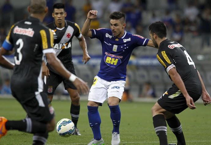 Willian é marcado por três jogadores do Vasco  (Foto: Washington Alves/ Light Press/ Cruzeiro)