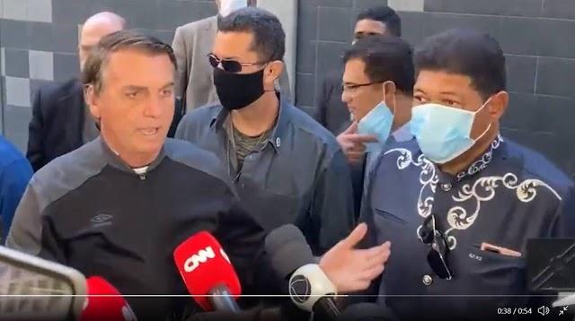 Bolsonaro deixa hospital ao lado do Pr Valdomiro Santiago