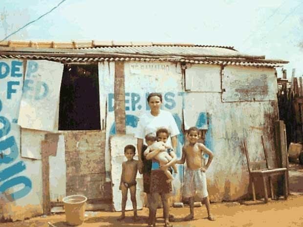Ex-catadora de latinhas Marilene Lopes e os filhos, em frente ao barraco em que moravam em uma invasão em Brazlândia, no Distrito Federal (Foto: Marilene Lopes/Arquivo pessoal)