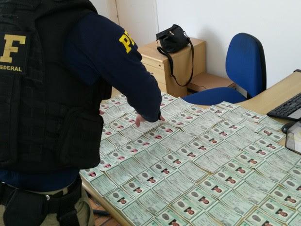 Mais de 64 documentos falsos foram apreendidos na via Dutra (Foto: Divulgação/PRF)
