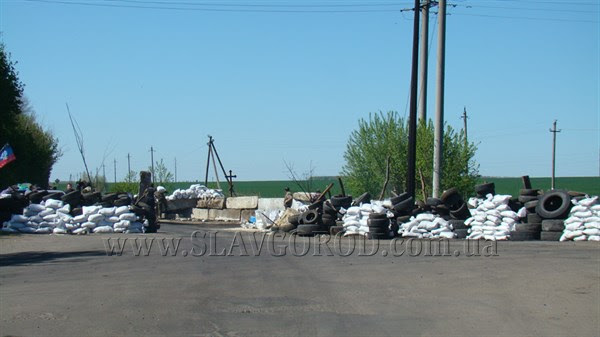 Ополченцы Славянска укрепили сгоревшие баррикады и завезли продукты на блокпост: ждут украинскую армию