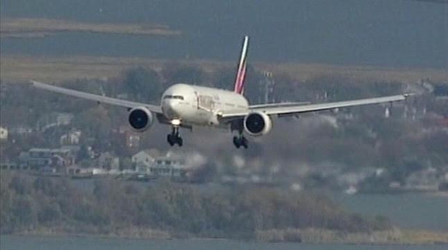 Un avión se aproxima al aeropuerto JFK de Nueva York, en una imagen de archivo.
