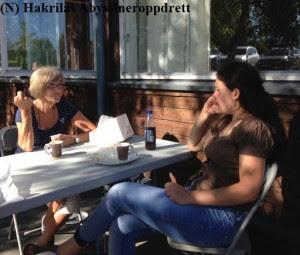 Været var kjempefint og varmt, og folk koste seg ute med kaffe innimellom bedømmelse og nomineringer :)
