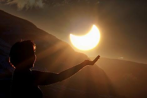 كُسوف جزئي بالمغرب .. وتحذير من النظر مباشرة إلى الشمس