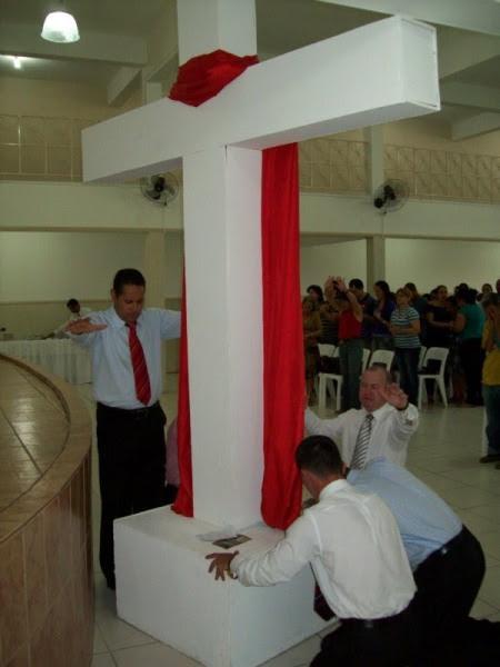Os 5 Pastores clamando ao pé da cruz . No último domingo dia 22 de agosto na IURD do bairro Canaã em Ipatinga foi realizada uma grande concetração de fé e milagres em favor da familia. Fieis e seus convidados depossitaram seus pedidos de oração ao pé da cruz, onde 5 pastores fizeram um clamor. ( http://jovemdeaco.blogspot.com/2010/08/no-ultimo-domingo-dia-22-de-agosto-na.html )