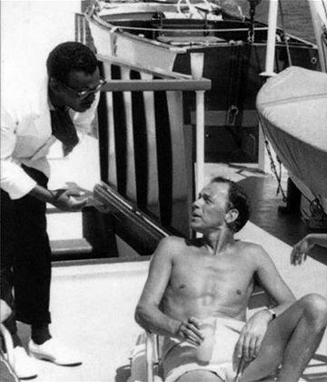 George Jacobs habla con Frank Sinatra, de quien fue mayordomo más de una década.