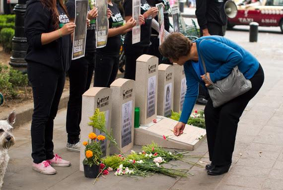 Conmemoran con tumbas simbólicas a los animales en el Día de Muertos