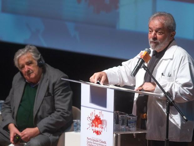 Ex-presidente do Uruguai José Alberto Mujica e o ex-presidente Luiz Inácio Lula da Silva participam de seminário em SP (Foto: Leonardo Benassatto/ Estadão Conteúdo)