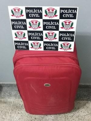 Testemunha entregou a mala à Polícia Civil (Foto: Polícia Civil/Cedida)