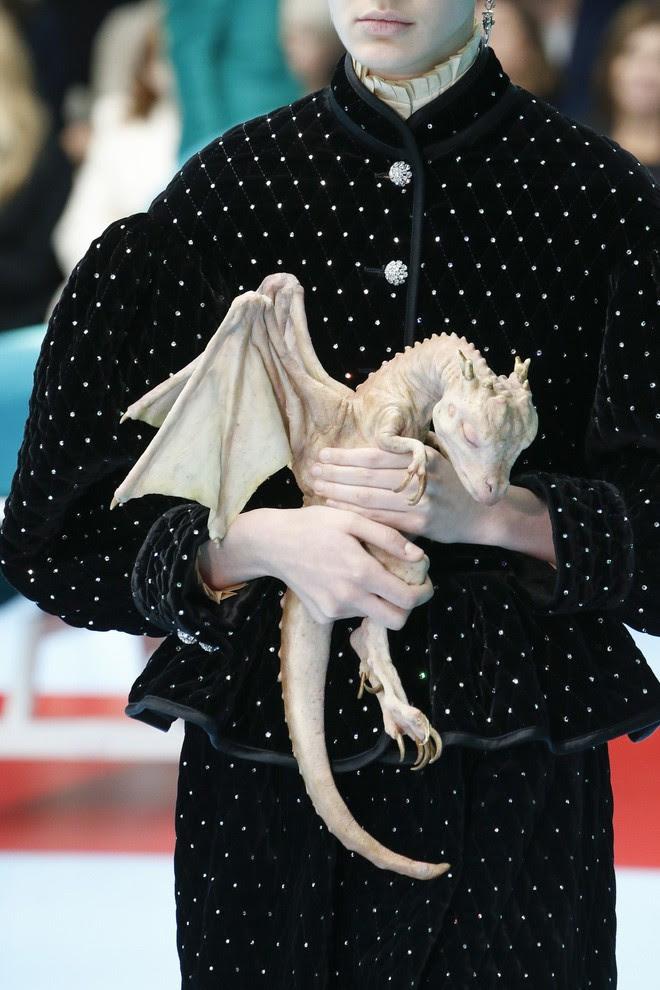 Show mới của Gucci dị quên lối về: Người mẫu ôm... thủ cấp để catwalk, kẻ lại vác nguyên con rồng - Ảnh 17.