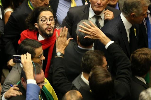 VÍDEO: Jean Wyllys cospe em direção a Bolsonaro durante votação Diego Vara/Agencia RBS