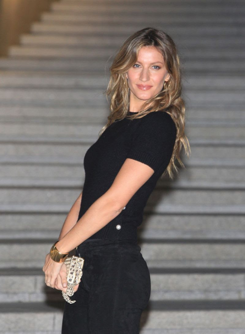 GISELE BUNDCHEN at Chanel Cruise 2015/2016 Fashion Show in Seoul