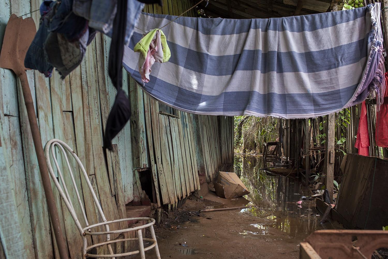 Casa onde Antônia Nascimento Neves, na localidade conhecida como Aparecida. A água que aparece na foto é uma mistura do igarapé que subiu de nível com o esgoto vazado