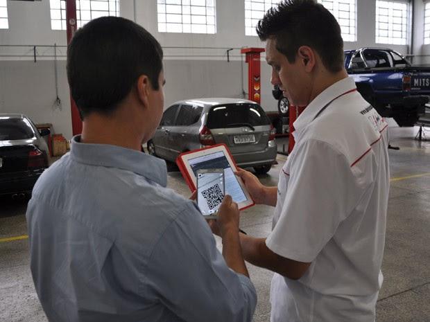 O programador André Horta (à esq.), de Belo Horizonte, pagou a revisão de seu carro na oficina de Diego Silva em Bitcoins  (Foto: Pedro Ângelo/G1)