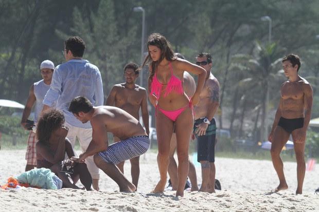 Bruna Marquezine grava na praia da Macumba, no Rio (Foto: Dilson Silva / Agnews)