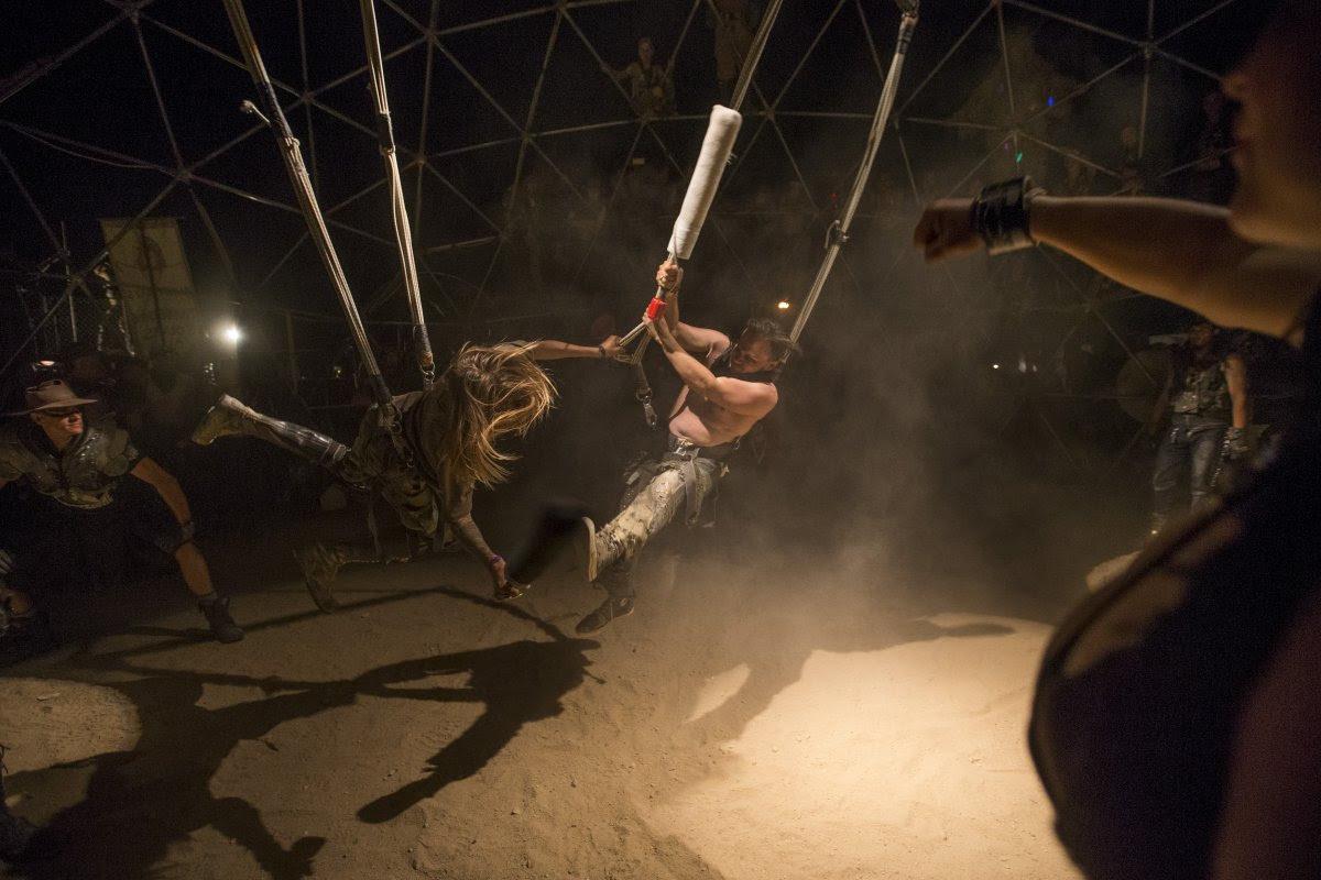 """Fãs de """"Mad Max"""" constroem seu próprio mundo pós-apocalíptico no meio do deserto 06"""