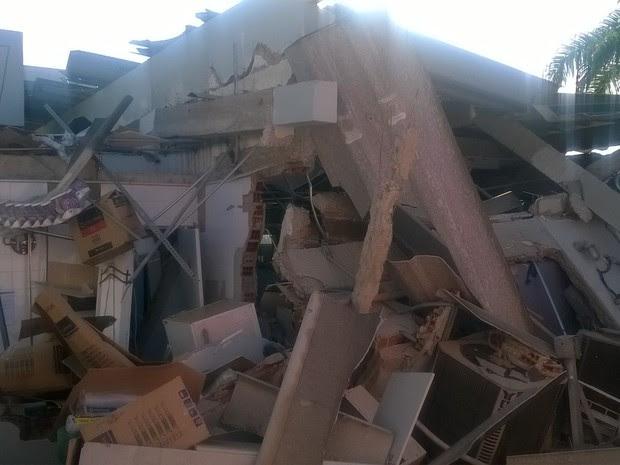 Explosão destruiu agência bancária, em Riacho das Almas (Foto: Amanda Dantas/ TV Asa Branca)