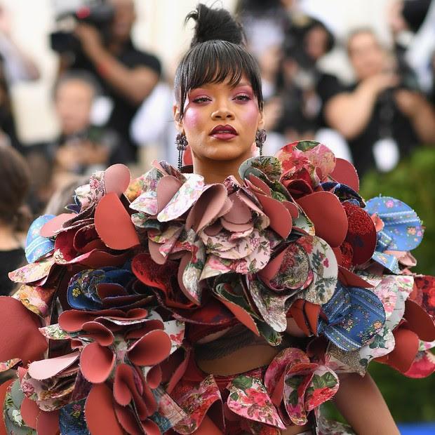 Rihanna veste Comme des Garçons (Foto: Getty Images)