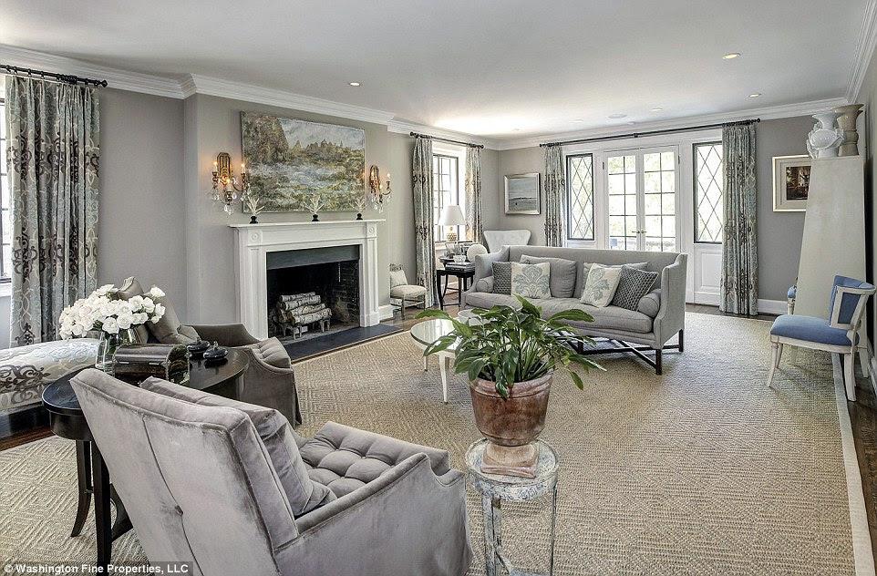 Salon: A sala de estar brilhante ocupa grande parte do piso térreo e tem um toque clássico ainda mais moderno para os apartamentos na Casa Branca