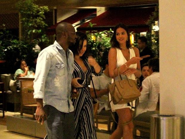 Thiaguinho, Fernanda Souza e Bruna Marquezine em shopping na Barra da Tijuca, Zona Oeste do Rio (Foto: J. Humberto/ Ag. News)