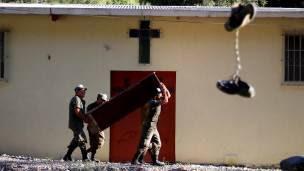 Entierro de una víctima de deslave en Guatemala