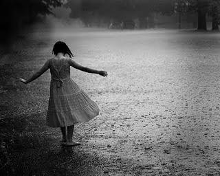 Resultado de imagem para crianças brincando na chuva