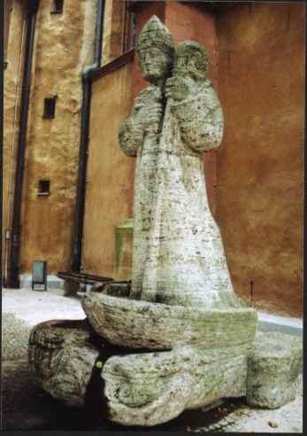 Kilian Dom (église), Würzburg, Allemagne - statue moderne de saint Killian sur son bateau, arrivant d'Irlande