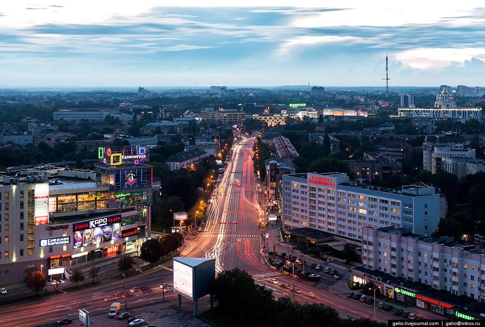 Ленинский проспект и гостиница «Калининград». На заднем плане справа видны купола Кафедрального собора Христа Спасителя и 150-метровая телевышка на Советском проспекте.