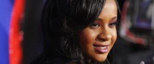 """Encontrada em banheira, filha de Whitney Houston """"luta pela vida"""""""