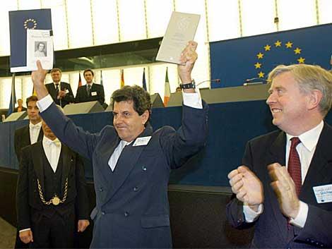 Oswaldo Payá (c) muestra el premio del Parlamento Europeo en 2002.   Ap