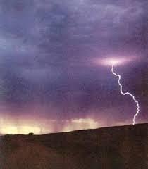 es una descarga eléctrica que viene desde la nube hacia la tierra o viceversa