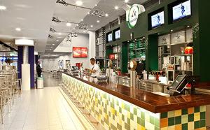 Die Holsten Sports Bar ist der größte der insgesamt vier Barbereiche ...