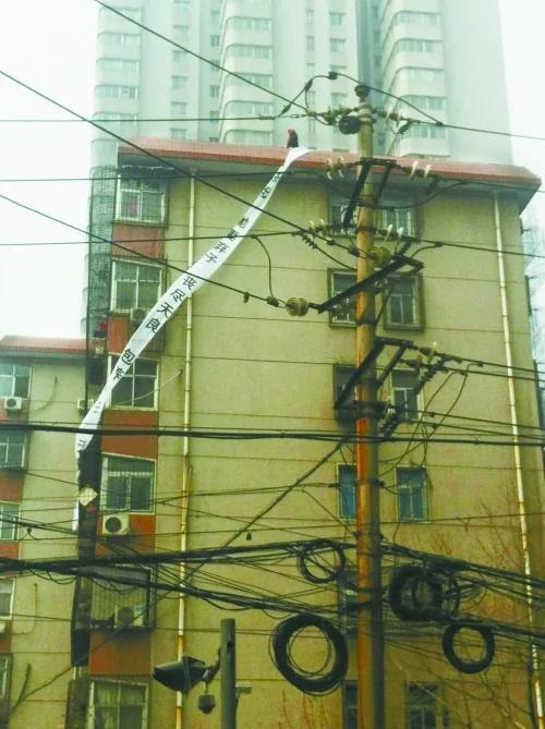 郑州:警察妻子楼顶拉条幅撒传单声讨丈夫养小三(图)
