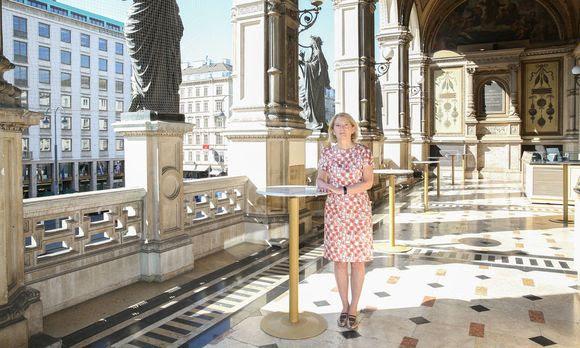 Barbara Neubauer, Präsidentin des Bundesdenkmalamts, auf der original erhaltenen, aber gefährdeten Loggia der Wiener Staatsoper.