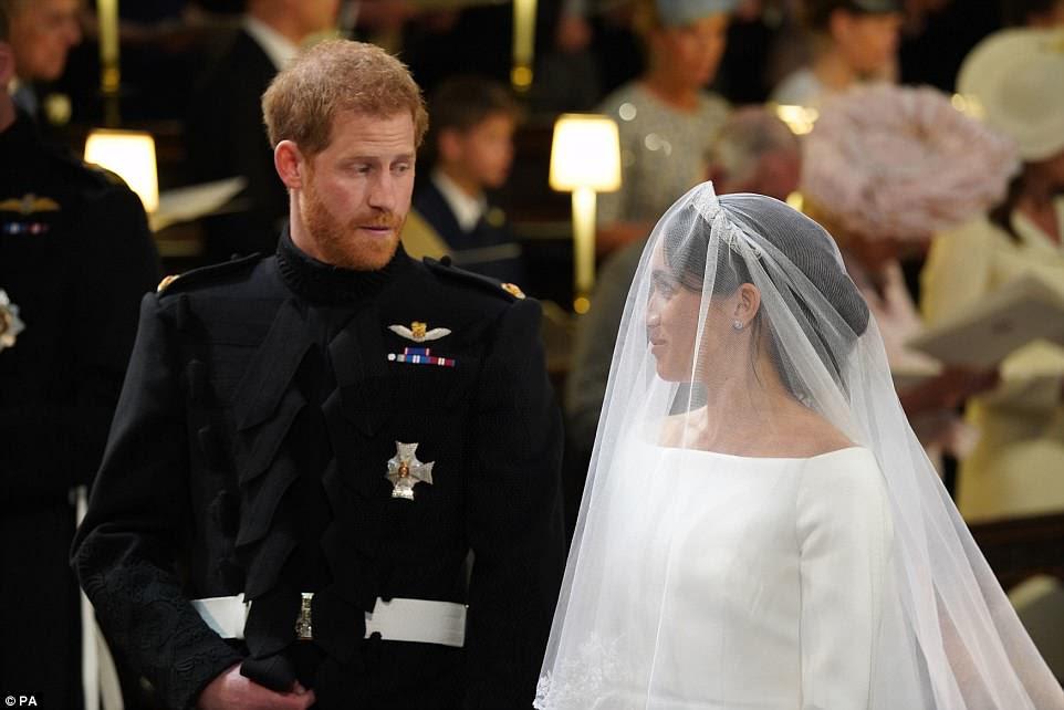 Meghan, con su velo de novia, sonríe a su novio, el príncipe Harry, cuando llega a la ceremonia de boda en Windsor