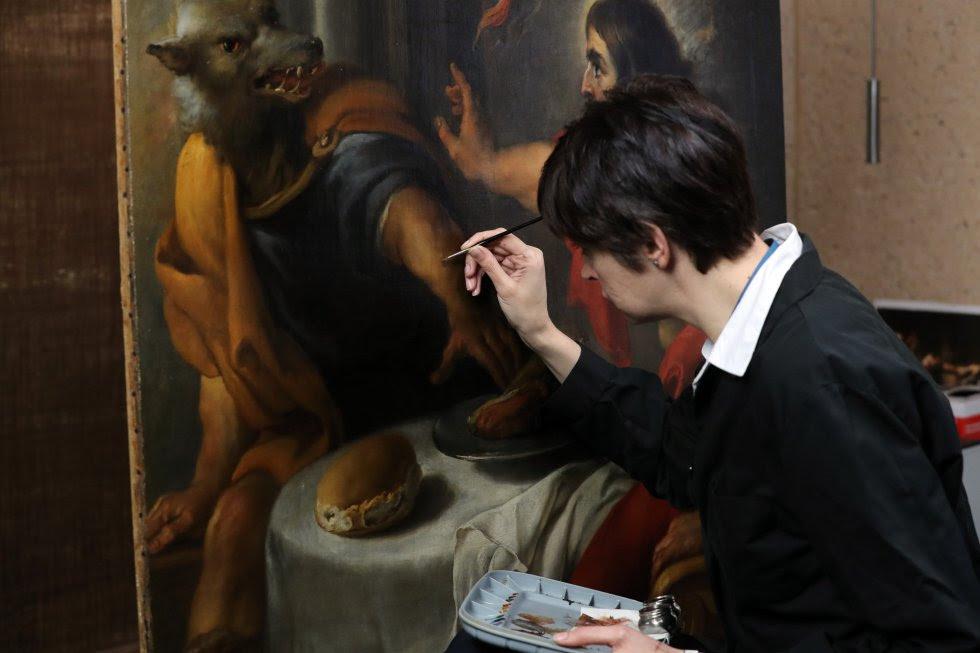 Eva Martínez, restauradora del Museo del Prado, trabaja sobre 'Lycaon' (1636 - 1638), una obra del Jan Cossiers -pintor del círculo de Rubens-.