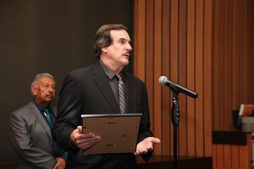 圖4:洛杉磯縣夏威夷花園市(Hawaiian Gardens)副市長巴裏﹒布魯斯(Barry Bruce)在議會中發言。