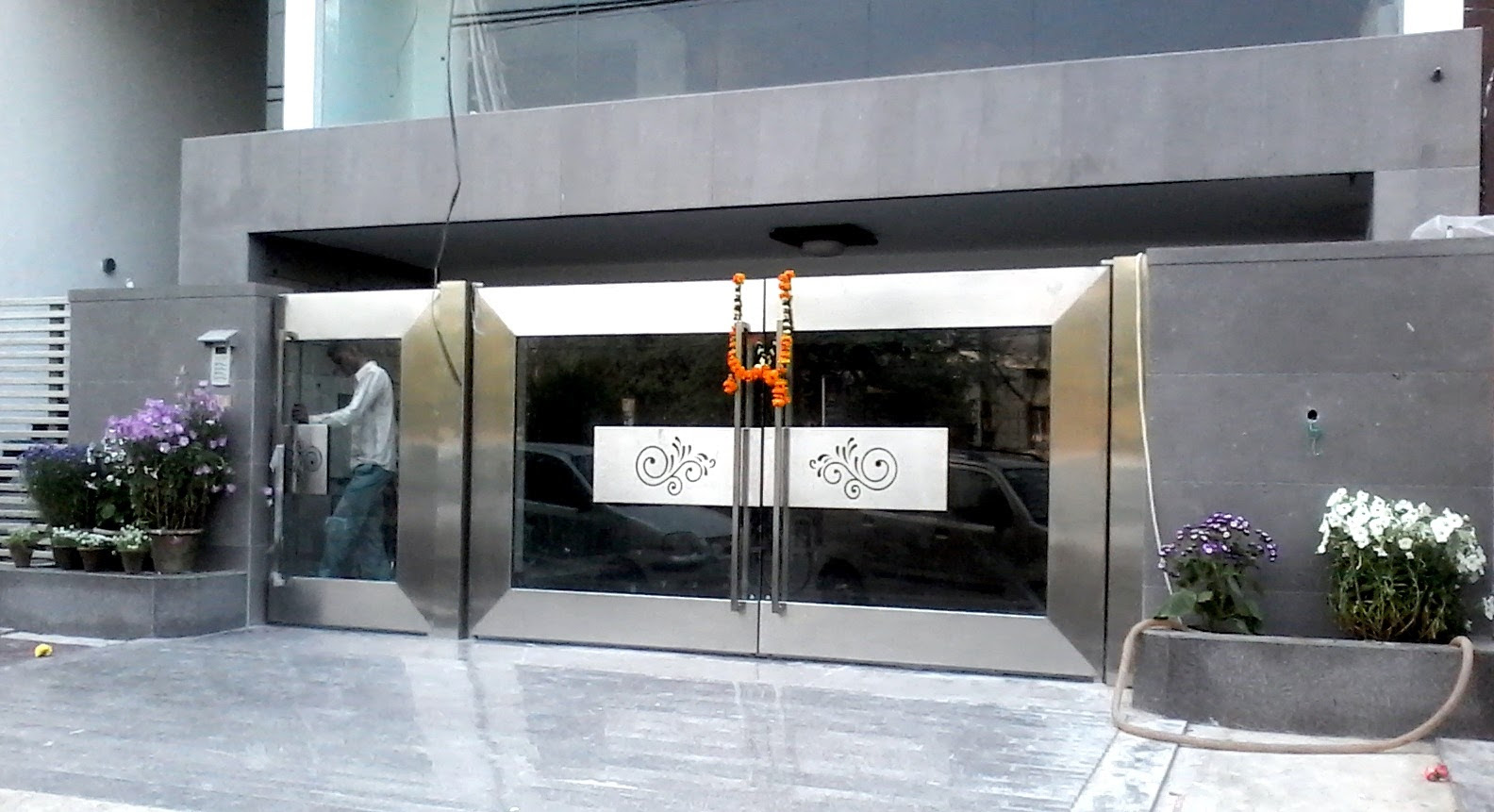 Stainless Steel Main Gate With Aluminium Wood Color Design Steel