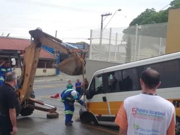 Van cai em buraco no bairro Alto de São Pedro em Taubaté (Foto: Alessandro Palma)