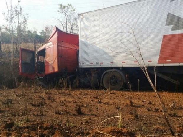Carro de passeio colidiu de frente com carreta (Foto: Surgiu/Divulgação)