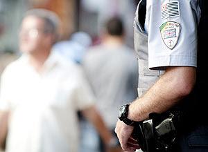 PM monitora rua 25 de março, no centro de SP; polícia aposentou revólver calibre 38