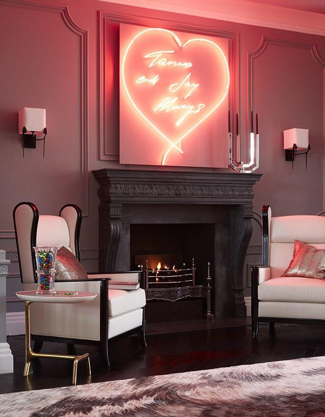 A obra de arte acima da lareira é um original de Tracey Emin e foi um presente de casamento da irmã mais nova de Tamara Petra conluio
