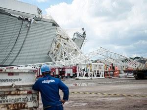 A queda de um guindaste nas obras do estádio do Corinthians, o Itaquerão, que será palco da abertura dos jogos da Copa do Mundo de 2014, provocou o desabamento de parte da estrutura das arquibancadas (Foto: Marcelo Camargo / Agência Brasil)